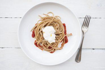 Spaghetto integrale, colatura di peperone arrosto, acciughe e burrata