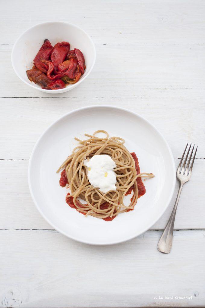 Spaghetto integrale, colatura di peperone arrosto, acciughe e stracciatella