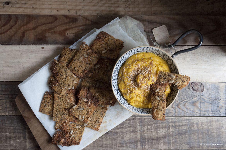 cracker quinoa, semi di chia e salsa alla zucca speziata